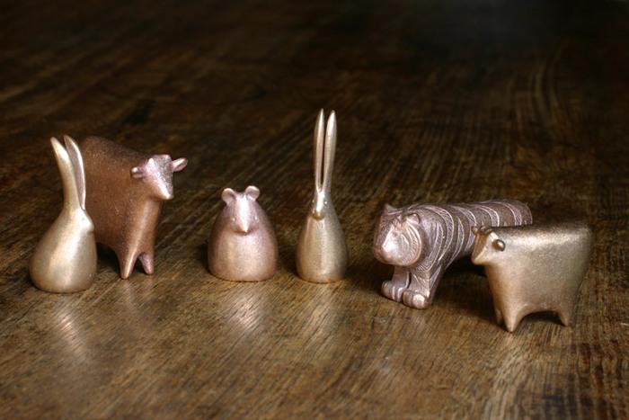 青銅で出来た干支は、小さくてもずっしりとした重量感があります。銅の鈍い輝きが、和室にも洋室にも似合いそう。重さを利用して、ペーパーウエイトとして使うことも可能です。