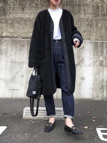 ブラックのボアコートにオススメしたいのは、インディゴブルーのジーンズを合わせること。ブラック×ネイビーって、とてもおしゃれな色合わせ。ぜひお試しください。