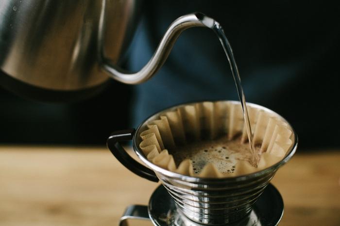 『&Drip』はカプセル型のコーヒーメーカーですが、その味わいはハンドドリップで淹れたもののように感じます。  最近はコーヒーと一口にいっても多種多彩。嗜好性が強いものですが、誰もが「おいしい」と感じるのは昔から日本人に親しみ深いドリップコーヒーではないでしょうか。