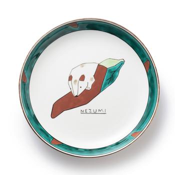 カクカクとした線で描かれた干支の動物や、干支モチーフの玩具が描かれたお皿です。九谷焼の渋い色合いが、モダンなイラストと絶妙にマッチしていて面白い。直径27cmの大き目サイズ。