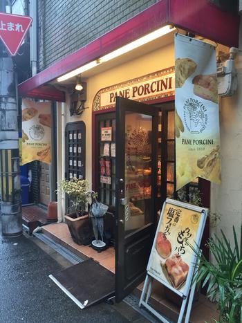 大阪のオフィス街の路地裏にある、昼食時は長蛇の行列必至!の『パネ・ポルチーニ』。夜は23時までの営業なので、飲み会の後はシメのラーメン…やなくて、定番の塩フォカッチャもアリですね♪