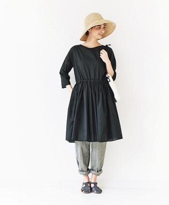 肌見せが増える夏の装いも上品に着こなしたい方におすすめの初夏のコーデ。大人っぽい黒ワンピースもグレーパンツを合わせることで柔らかく仕上がります。ロング丈のパンツは少し捲って足首を見せると涼しげです。