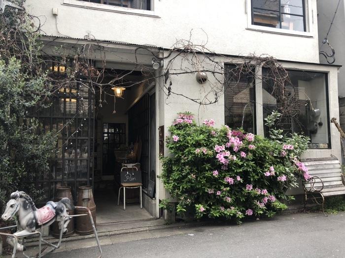 """<中目黒高架下>を通り過ぎ、商店と住宅が混在する路地を駒沢通り方向へ歩くこと5-6分で、木馬が目印の「ラ・ヴィ・ア・ラ・カンパーニュ」(""""田舎暮らし"""" の意)に到着。イタリア出身で、「FACTORY」のデザイナーとしても知られるロシャン・シルバさんが営むパン屋さん/ライフスタイルショップです。"""