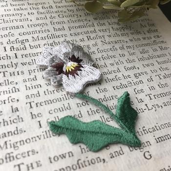 パンジーのアイロンワッペンです。線の細い繊細な刺繍で細部まで見事に表現されています。