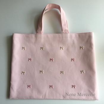 こんなふうに、バッグやポーチなどのアイテムに貼り付けて使ったり、小さいゆえにアレンジの幅も広がるワッペンです。