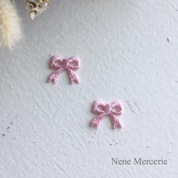 上品で可愛らしい小ぶりの刺繍アイロンワッペンです。ワンポイントで付けたり、たくさん付けたり、色違いで付けたり、何通りもの使い方が楽しめます。