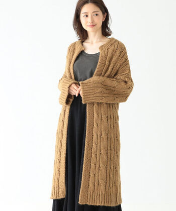 ケーブル編みのざっくりニット感がかわいい、Demi-Luxe BEAMSのロングカーディガン。  少し重みがあってダッフルコートのよう。それもそのはず、毛足の長い極太のアルパカ糸を使っていて、コートなみにしっかりあたたかいですよ。  コートを纏うと、多少きっちり感が出やすくなってしまいますが、こちらは大人のリラックス感たっぷりで、きっと愛着がわきますよ。