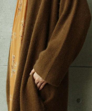 ラクーンは、カシミアのようにとても細い糸を用いていて、着心地が軽やか。普段はトレンチコート派という方も、こちらを着てみれば肩のまわりがとても軽くてびっくりしますよ。