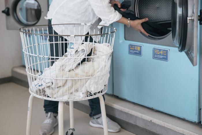 大きな洗濯機がなかったり、毛布を洗っても干す場所がなかったりする場合、コインランドリーが便利です。コインランドリーで洗う場合も、洗濯ができるか表示を確かめてからにしましょう。洗濯機や乾燥機は、コインランドリーの適量表示パネルを参考にしながら、なるべく大きめの洗濯機を選ぶと◎。