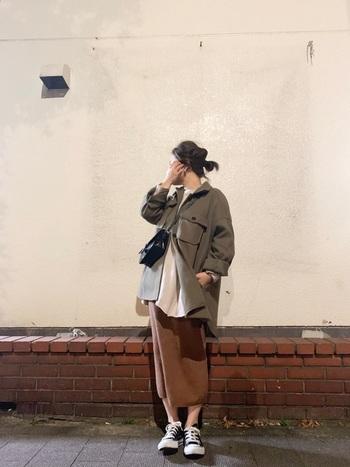 ワークジャケットとは対照的な女性らしい印象の強いタイトスカートでも、色味を合わせるだけでこんなに統一感のあるコーディネートになります。ジャケットは軽く腕まくりをしたり、全て閉めずにラフに留めておくことでこなれた雰囲気に。無造作なお団子スタイルもぴったりですね。