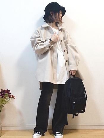 ビッグサイズなジャケットともバランス良く決まる細身のパンツを合わせたコーデ。インナーとジャケットの丈を合わせてまとまり感も意識しています。シンプルなアイテムの組み合わせですが、バケットハットをかぶるだけでストリートな雰囲気が一気に高まりますね。