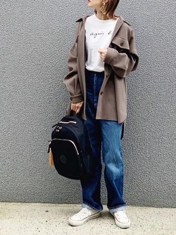 ラテのようにふんわり優しいブラウンが可愛らしいワークジャケットのカジュアルコーデ。ちょっと大人なシンプルなロゴTシャツとデニムワイドパンツでラフにまとめています。ジャケットとボトムスがゆったりサイズの時は、インナーはインして着ると程良くメリハリが出ますよ。