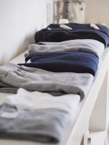 よく着るものならオープン棚に畳んでおくのもアリ。サッと手に取れるだけでなく、通気性やインテリア性の面からもおすすめです。