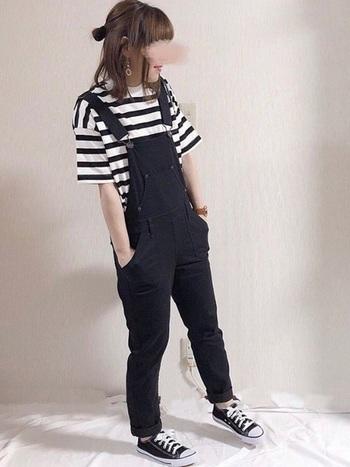 黒のオーバーオールにボーダーTシャツを合わせたシンプルコーデ。髪型はハーフアップのお団子で可愛らしく、ボーイッシュの中に女の子らしさもしっかり加えられています。