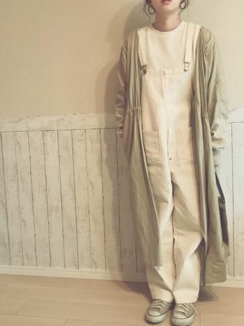 オーバーオールにシャツの中を白で統一し、ベージュ系のミリタリーシャツガウンコートを羽織った、ナチュラルなボーイッシュコーデ。色味も抑えめにすることで、シンプルでかわいいこなれた印象になります。ぽっちゃりさんにもおすすめなコーディネート。