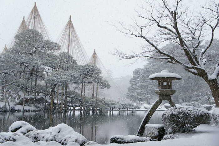 冬になると兼六園は美しく雪化粧をします。緑の樹々や石、灯籠はすっぽりと純白の雪に覆われ、冬の兼六園を訪れるとまるでモノクロの世界を訪れたような錯覚を感じます。