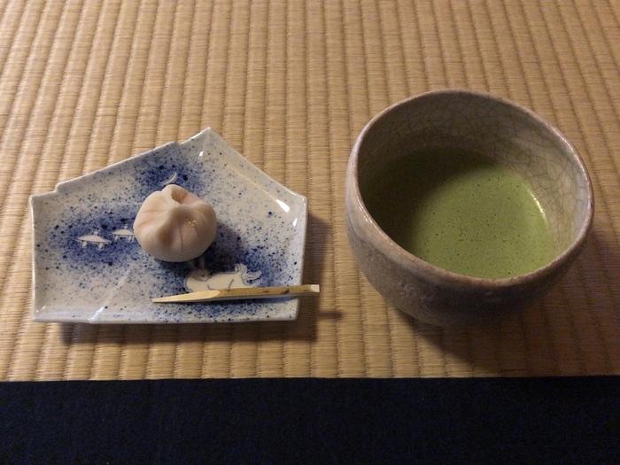 時雨亭内部では、有料となりますが、お座敷に座ってお抹茶とお茶菓子をいただくことができます。