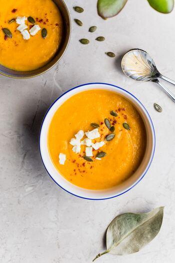 かぼちゃの色合いが食欲をそそるかぼちゃスープ。ポタージュのようになめらかなものや、かぼちゃの食感を楽しめるものなど、バリエーションは豊富にあります。お好みの作り方と材料の組み合わせを探しながら、いろいろ挑戦してみましょう!