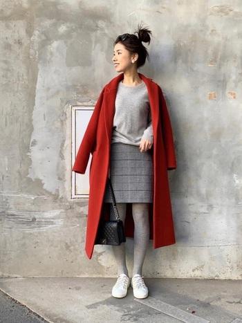 インパクトの強い赤のコートですが、こんな風にインナーをライトグレーで統一することで主張が和らぎ、ソフトで洗練された印象に見せることができます。