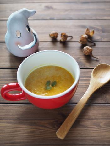 こちらのかぼちゃスープは、茹でたかぼちゃをビニール袋に入れて潰します。厚手のビニール袋やすりこぎなど、おうちにある道具を使って潰してみましょう。かぼちゃを茹でておけば、後は電子レンジだけでできちゃうお手軽さも魅力。お好みで生クリームを加えましょう♪