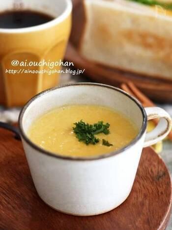 こちらのレシピでは、かぼちゃを電子レンジで柔らかくしてから、お鍋でスープを作ります。柔らかくなったかぼちゃは、フォークなどで潰しましょう。後は、牛乳、クリームチーズ、コンソメを加えて火にかけて、塩こしょうで味を調えるだけ。玉ねぎを切って炒めたりする手間もないお手軽レシピです♪