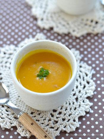 こちらのかぼちゃスープは、まず牛乳でかぼちゃを煮て柔らかくします。十分に柔らかくなったら、泡立て器でマッシュしましょう。バターやスキムミルク、塩などを加えてなめらかになったら、水で濃度を調整。ほど良いとろみになるまで火にかけて、味を調えたらできあがり。スキムミルクがないときは、塩と同量の砂糖を入れても良いのだそう♪