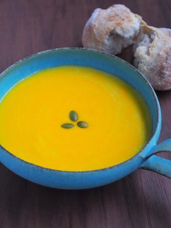 牛乳でも豆乳でもOK。かぼちゃは薄切りにすると、電子レンジで火が通りやすいでしょう。バターと一緒に加熱して柔らかくします。フォークで潰した後に、さらに木べらで潰してなめらかにしましょう。さらにザルで濾すと、よりなめらかになるのだそう♪全工程、電子レンジで作れます!