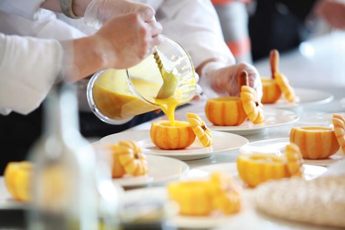 ちょっぴりリッチな雰囲気の食卓にしたいとき、かぼちゃスープは華を添えてくれます。そんな本格かぼちゃスープを用意したいときにおすすめのレシピをピックアップ。本格とはいえ、作り方は意外と簡単なので、こちらも気軽に挑戦してみてくださいね♪