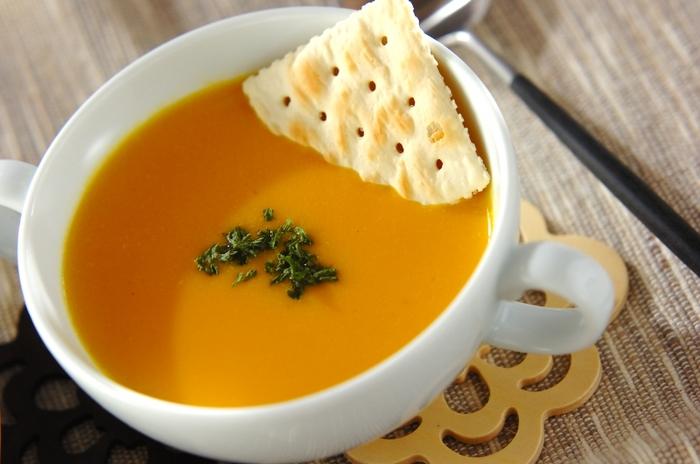 オーソドックスなかぼちゃのポタージュが飲みたいときにおすすめのレシピ。手順は3ステップなのでわりと簡単にできますよ。バターで玉ねぎを炒めるところからスタート。ミキサーにかけた後、網に通すのがなめらかにするコツです。お好みのクラッカーを添えて♪