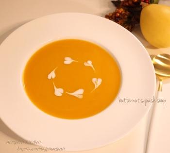 こちらは、バターナッツかぼちゃで作るスープのレシピです。濃厚な種類のかぼちゃなので、よりコクのある味わいを楽しめるでしょう。手に入らないときには普通のかぼちゃでも作れますよ。かぼちゃは電子レンジで加熱してから調理すると時短に!牛乳の量を加減して、お好みの濃度に仕上げましょう。