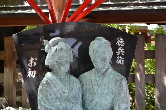 境内には、仲良く寄り添うお初と徳兵衛のブロンズ像があります。永遠の愛で結ばれた恋人たちの幸せにあやかることができそうですね。