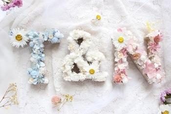 こちらは、イニシャルオブジェにお花をデコレーションして作れるタイプ。お花は好みの雰囲気をリクエストできるので、イメージに合わせてカスタマイズできちゃいます。