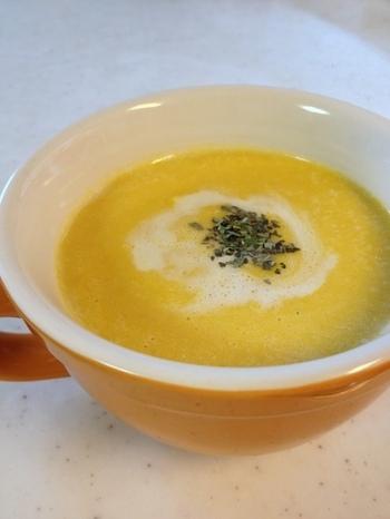 ミキサーはないけど「フードプロセッサー」ならある!という方におすすめのレシピ。かぼちゃは薄く切って、材料がくたくたになるまで煮て、冷ましてからフードプロセッサーにかけるのがポイント。冷蔵庫で冷やしてから食べる冷製スープです♪