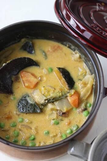 こちらは、「ストウブ鍋」を使い、無水で具材に火を通すかぼちゃスープのレシピです。豆乳や味噌が入ったほっこりした味わい。具材を潰さないレシピなので、かぼちゃやほかの野菜の食感も楽しめますよ♪