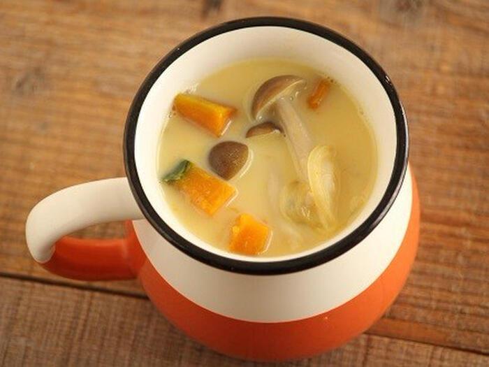 牛乳がないとき、牛乳アレルギー持ちの方は、豆乳で作ってみましょう。かぼちゃと玉ねぎ、しめじを水とコンソメで煮て、仕上げに豆乳を加えて塩こしょうで味付けしたらできあがり♪