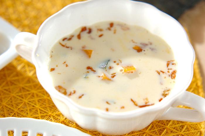 こちらのかぼちゃスープの具材は、かぼちゃのみ! バターがなくても生クリームがあれば濃厚クリーミーに仕上がります。仕上げのトッピングに市販のフライドオニオンを散らせば完成♪香ばしい味わいのアクセントと、楽しい食感を加えてくれますよ。