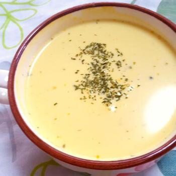 かぼちゃは全部煮物にしてしまったけど……今からスープになる? なります! まず、かぼちゃの煮物と牛乳をミキサーで攪拌しましょう。塩と砂糖または余った煮汁などを加えて味を調えたら完成。冷蔵庫で冷やしてからいただきましょう。温めてもおいしそうですね。
