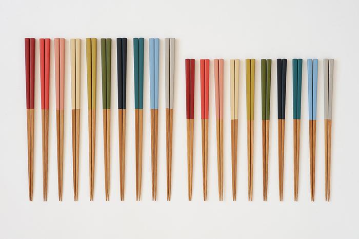 公長斎小菅(こうちょうさいこすが)の色箸は、抗菌性のある竹製。軽くて丈夫で長持ちします。長さは、約23cmの大と約20cmの小の2種類。小はお子さん用のお箸にもおすすめですよ。落ち着いた和の色合いでとっても素敵♪お正月料理にも合いそうですね。
