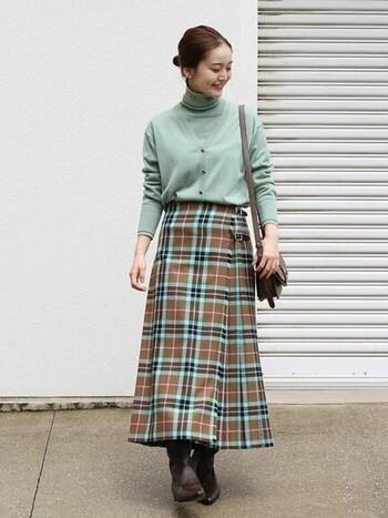まるでチョコミントのような可愛い配色のスカート。トップスはミントグリーンのタートルニットとカーデのアンサンブルでスカートの印象を盛り上げます。適宜、小物でレディさを追加して。