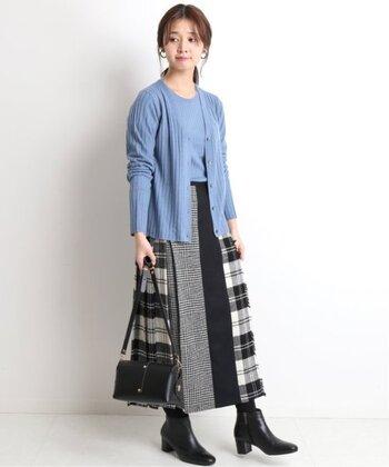 様々な生地がミックスされた、まるでコラージュのような凝ったスカート。爽やかなブルー系アンサンブルで女性らしく着こなして。