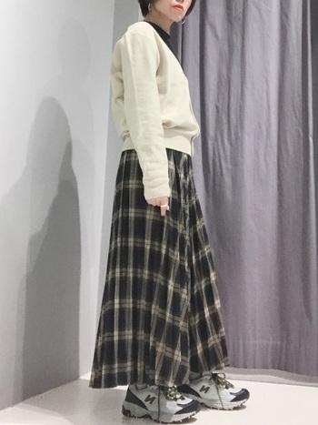 モノトーンのスカートを活かすために、黒と白のアイテムをバランスよく組み合わせて。白のトップスを選ぶことでクールな中にもレディさを感じさせることが出来ます。