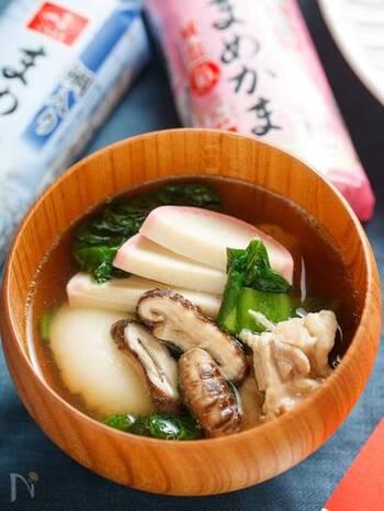 九州地方はアゴ出汁ベースに美味しい鶏肉が加わり、さらにどんこ(干し椎茸)などで、風味豊かなことがポイント。  お餅は丸いおもちで、シンプルですが出汁と香りが美味しいお雑煮です。