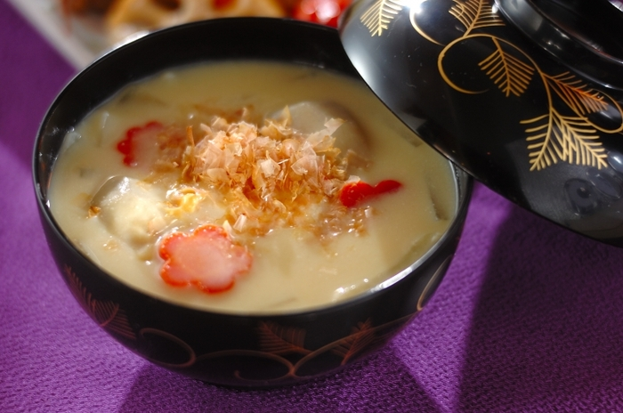 カツオ出汁が効いた京風の白味噌雑煮は、濃厚な味わい。丸いお餅、そして、縁起物と言われている金時人参や、海老芋が入ります。濃厚な白味噌はホッとする優しいお味です。