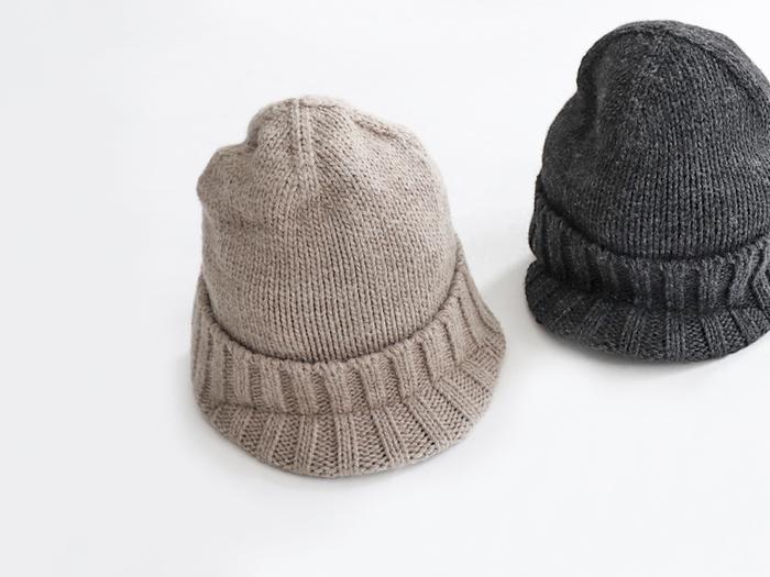つばのついたニット帽。ざっくりとしたローゲージが素朴で温かみのある雰囲気。いろんな色に合わせやすい、ベーシックなベージュとチャコールの2色展開。