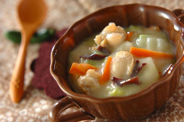 たっぷり白菜が食べられるクリーム煮。冬になると食べたくなるレシピですね。生クリームは使わず、豆乳と片栗粉で仕上げてあります。食材は、胃腸の様子を見てお好みで。お魚を入れるなら、白身魚がおすすめです。貝類は胃が弱っている時は負担になるので、食べ過ぎない程度にしましょう。