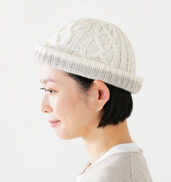 立体的なアラン編みが、とてもかわいいウールニットキャップ。ニット帽の内側に配色が施され、折り返すと印象が変わる2wayタイプ。