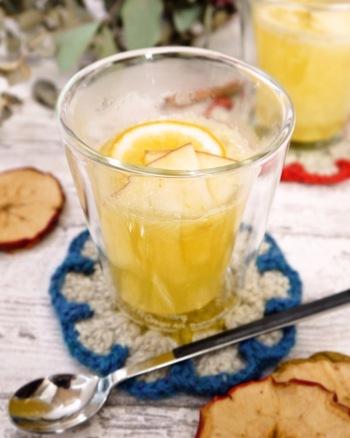 あたたかい飲み物がいいなら、ホットアップルジンジャーで決まり♪生姜の力も合わさって、胃腸の疲れからくるムカムカ・だるさをスッキリさせてくれるでしょう。冷え対策になるところも、うれしいポイント。チューブの生姜より生の生姜の方が香りも良く、絞り汁を使えば辛みもおさえられるのでおすすめです。