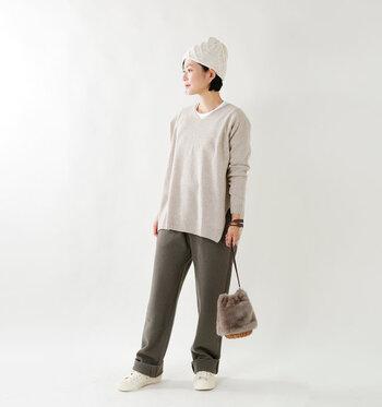 帽子の前側が少し長めのつくりになっていて、かぶると自然と頭にフィットするデザインになっています。シンプルなコーデのアクセントになる柄編みが素敵ですね。