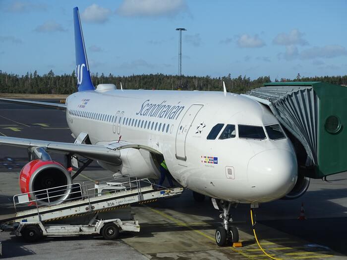 """北欧3カ国を代表するスカンジナビア航空(Scandinavian Airlines System)、通称""""サス(SAS)""""。スウェーデン・デンマーク・ノルウェーの北欧3カ国の共同運営による航空会社です。デンマークにあるコペンハーゲン国際空港と、スウェーデンのストックホルム・アーランダ空港を拠点としています。"""