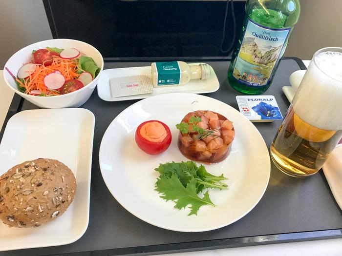 機内食は早速、ヨーロッパ・スイスらしい食材やドリンクがお楽しみいただけます。シンプルながら素材の味を生かした、日本ではあまり目にすることが少ないお料理ですよ。